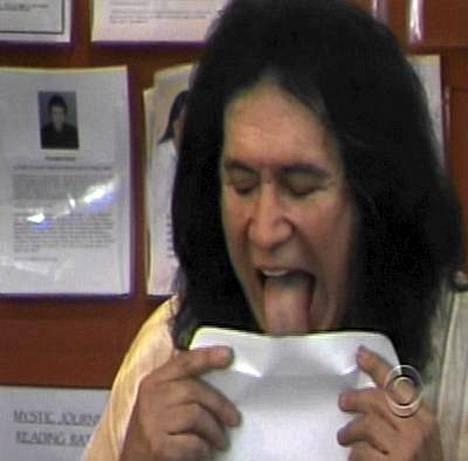 Kielimies Gene Simmons löysi kielelleen käyttöä kirjekuoren kanssa.