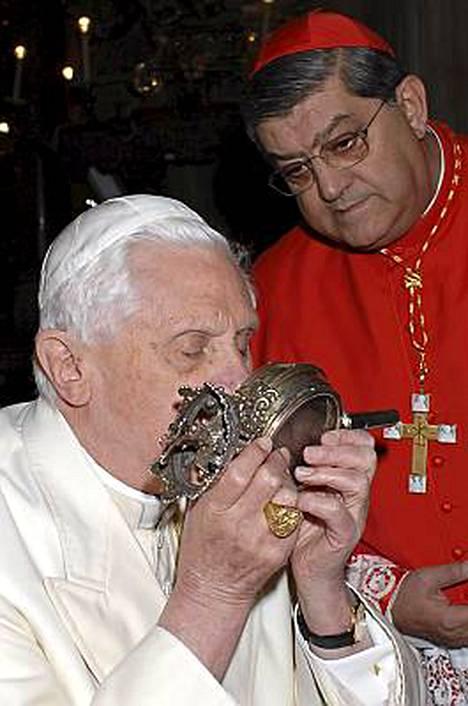 Paavi Benedictus XVI suuteli reippaasti pyhäinjäännöstä vielä viime vuonna.