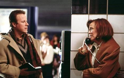 John Heard tunnetuimmassa roolissaan vastanäyttelijänsä Catherine O'Haran kanssa.