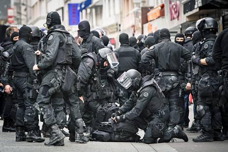 Poliisin erikoisjoukot piirittivät Abdelhamid Abaaoudia ja muita henkilöitä tuntikausia viime keskiviikkona Pohjois-Pariisissa.