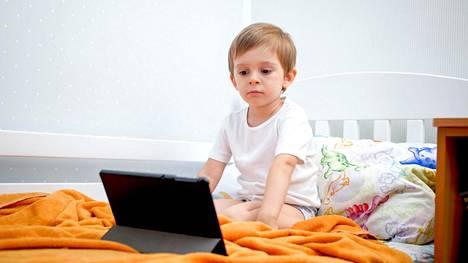 Tulosten valossa vaikuttaisi kuitenkin siltä, että liiallinen ruutuaika voi hidastaa pienen lapsen kielellistä kehitystä, jos käyttö on runsasta ja se on pois muusta kanssakäymisestä.