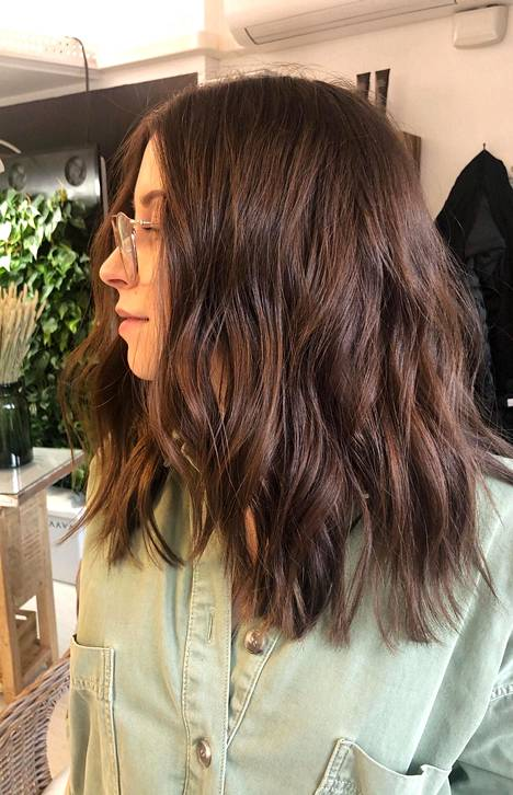 """""""Pidän hiusteni värin luonnollisena. Kesäisin saatan laittaa muutaman balayage-raidan elävöittämään latvaa"""", kertoo Folk Helsingin Maija Järvi."""