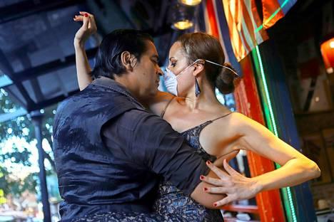 Argentiina.  Tanssipari esiintyi lähes tyhjälle ravintolaväelle Buenos Airesissa maanantaina. Tällekin tuli loppu perjantaina, kun maassa alkoi ulkonaliikkumiskielto.