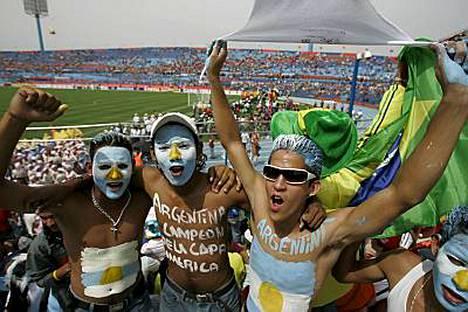 Argentiinan kannattajien tunnelma oli korkealla vielä ennen ottelua.