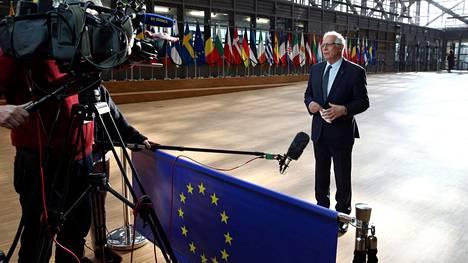 EU:n ulkosuhteista vastaava Josep Borell puhui medialle Brysselissä ennen EU:n ulkoministereiden etäkokousta.
