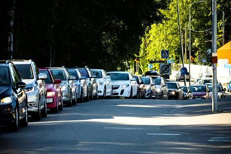 Kun julkisella puolella on ruuhkaa, moni hakeutuu koronatestiin yksityiselle puolelle. Kuvassa autoilijat jonottavat Mehiläisen drive in -testiin Tampereen Kaupissa.
