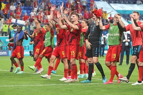 Belgia eteni lohkovoittajana jatkoon B-lohkosta. Toinen suora jatkaja on Tanska, joka pöllytti Venäjän 4–1 Kööpenhaminassa.