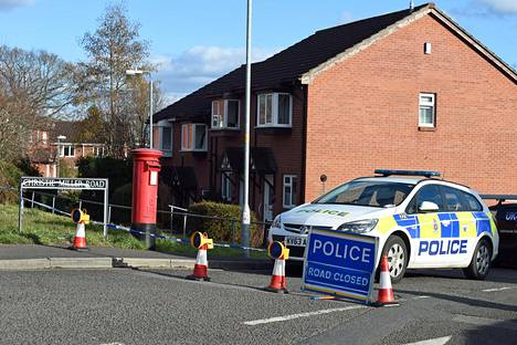 Poliisin ajoneuvo parkeerattuna Englannin Salisburyssä talon eteen, jossa Sergei Skripal asuivat. Molemmat saivat hermomyrkkyä.