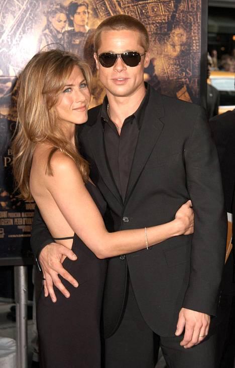 Jennifer Aniston ja entinen puoliso Brad Pitti kuvattuina vuonna 2004.