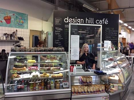 Kahviopäällikkö Maria Laine Design Hillin uusitussa kahviossa.