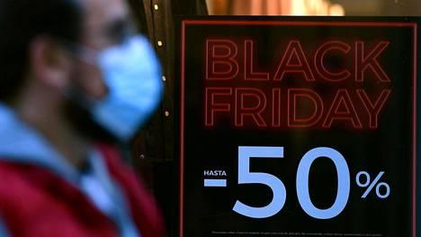 Hintaoppaan selvityksen mukaan viime vuonna tuotteiden hinnat laskivat Black Fridayna Suomessa keskimäärin 4,5 prosenttia.