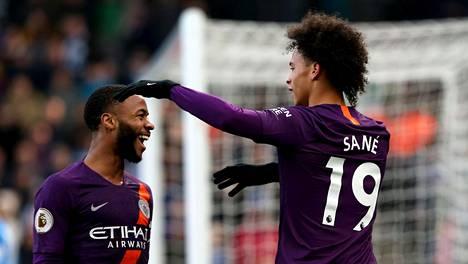 Raheem Sterling (vas.) ja Leroy Sane osuivat kumpikin Huddersfieldiä vastaan.