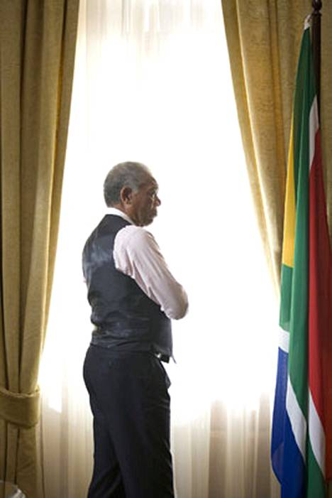 Elokuva näyttää Mandelan paitsi sydämeltään suurena ihmisenä myös etevänä poliittisena taktikkona.