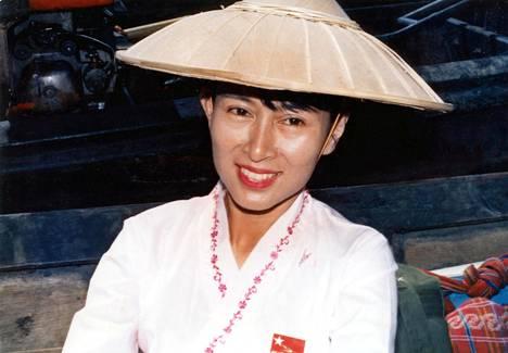 Vuoden 1991 Nobelin rauhanpalkinnon voittaja Aung San Suu Kyi kuvattiin kotiarestissa elokuussa 1994.