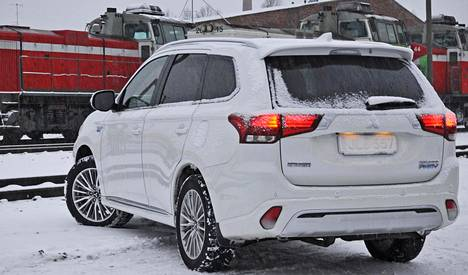 Outlander PHEV on kookas SUV: 4,7 metriä pitkä ja 1,7 metriä korkea.