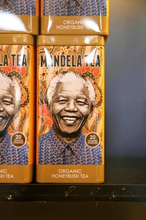 Nelson Mandela teepurkin kyljessä.
