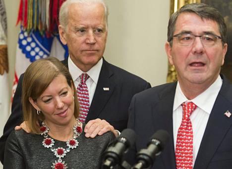 Joe Biden kuunteli puolustusministeri Ash Carteria virkavalatilaisuudessa Valkoisessa talossa helmikuussa 2015. Stephanie Carter on kiistänyt, että olisi kokenut Bidenin lähennelleen häntä tilanteessa.