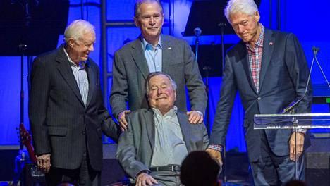 Pyörätuolissa istuva George H.W. Bush poseerasi viikko sitten Texasissa samassa kuvassa ex-presidenttien Jimmy Carterin, George W. Bushin sekä Bill Clintonin kanssa.