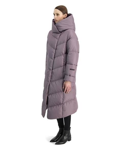 Suomalaisen Joutsenen pitkän untuvatakin viisto vetoketju luo takkiin epäsymmetrisen halkion, 479 € (ovh 625 €).