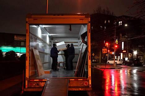 Arkkua lastataan rekkaan krematorioon viemistä varten New Yorkin Queensissa 26. huhtikuuta.