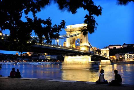 Romanttisesti valaistu Budapest on kaunis kaupunki.
