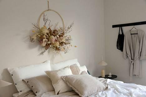 Kuivatuista kukista tehty kranssi on makuuhuoneen kruunu.