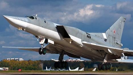 Venäjän ilmavoimien Tupolev Tu-22 -pommikone. Markku Salomaan uudessa kirjassa käsitellään Venäjän sotilasdoktriinia.