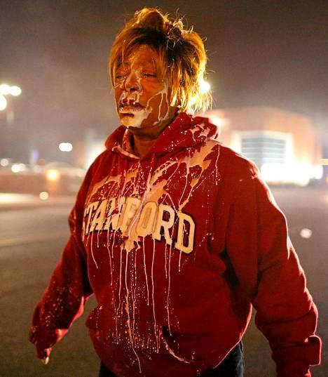 Nainen sai hoitoa vammoihinsa, joiden epäillään tulleen poliiisin ampumasta kyynelkaasusta Fergusonissa.