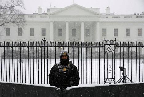 Salaisen palvelun mies Valkoisen talon edustalla.