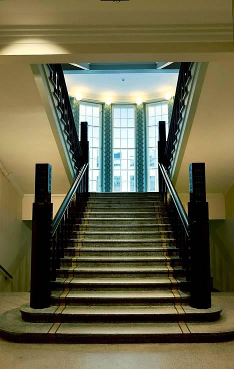 Rakennus on niin sanottua Saarisen jugendia, joka on tavallista jugendia hillitympää väreiltään ja kuvioiltaan.