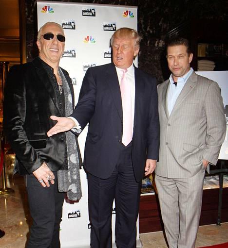 Dee Snider ystävystyi Donald Trumpin kanssa Julkkis-Diilissä vuonna 2013. Kuvassa myös ohjelmassa mukana ollut Stephen Baldwin.