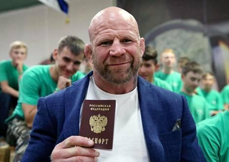 Monson sai Venäjän passin kesäkuussa 2018.