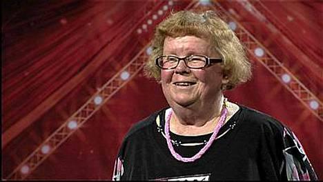 Aulikki, 75, haluaa tähdeksi. Aulikki ottaa haltuunsa Pate Mustajärven Rokkimakkara-biisin.
