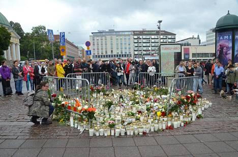 Ihmisvirta Turun kauppatorin muistopaikalle on jatkunut vilkkaana.