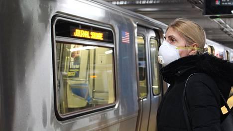 New Yorkissa viime viikolla metroa odottanut nainen oli suojannut kasvonsa maskilla.