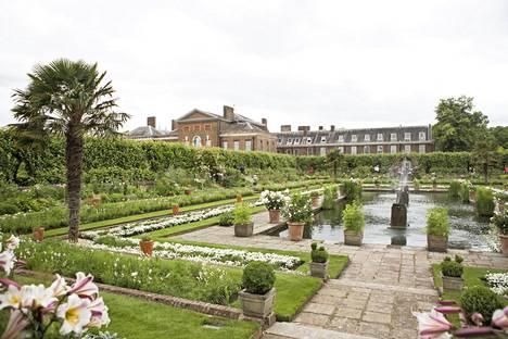 Dianan asuinkoti Kensingtonin palatsi ja muistopuutarha.