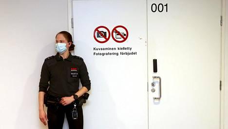 Oikeutta käydään Helsingin käräjäoikeuden turvasalissa.