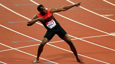 Usain Bolt juhli voittoaan Lontoossa tutuksi tulleella tuuletuksella.