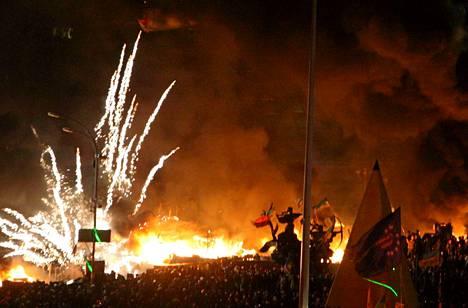 Ilotulitteet räjähtelivät Kiovan illassa.