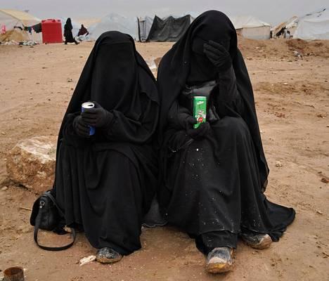 Haaviston ja Tuomisen kiistan keskiössä olivat al-Holin leirillä olevien suomalaisten Isis-naisten kotiuttaminen. Suomalaiset Isis-naiset Jonna ja Heli kuvattuna leirillä joulukuussa 2019.