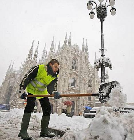 Myös Milano on saanut lumipeitteen. Duomon katedraalin edustalla lunta riitti lapioimiseen...
