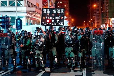 Poliisi varoittaa kyynelkaasusta Hong Kongissa.