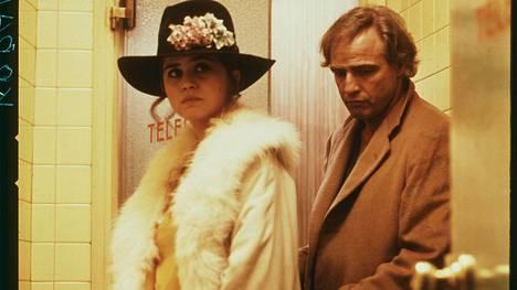Maria Schneider ja Marlon Brando tähdittivät Viimeinen tango Pariisissa -elokuvaa. Elokuvan julma raiskauskohtaus tehtiin ilman Schneiderin suostumusta.