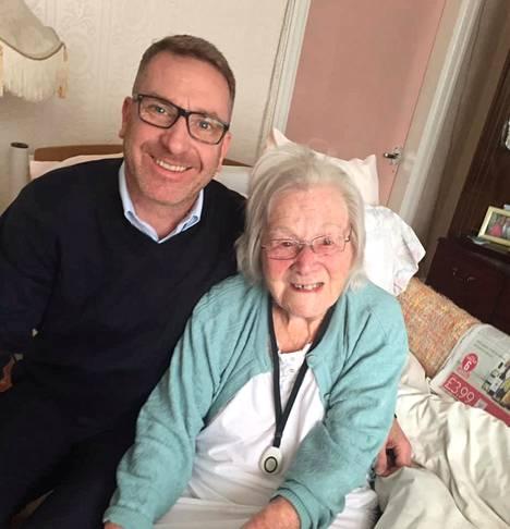 Anthony Churchill sanoi brittilehdille, että viimeiseksi jääneellä vierailullaan hän jutteli isoäitinsä Hildan kanssa koronaviruksesta ja siitä, että he eivät ehkä näkisi kovin pian uudestaan.