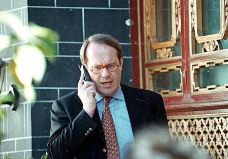 Nokia oli Suomen menestystuote ja Jorma Ollila sen kasvot. Kuvassa Ollila puhumassa kännykkään Kiinan Lijiangissa vuonna 1998.