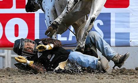 Kanadalainen McArthur David joutui härän tallomaksi junioreiden härkäratsastusluokassa.