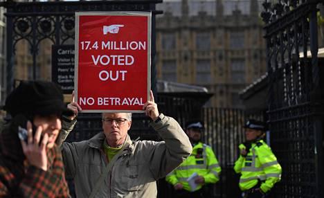 Brexitin kannattaja osoitti mieltään Lontoossa parlamenttitalon edustalla lokakuun lopulla.