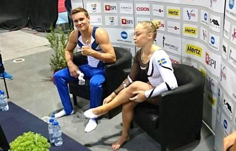 Oskar Kirmes (vas.) ja Ruotsia Riossa edustava Emma Larsson.