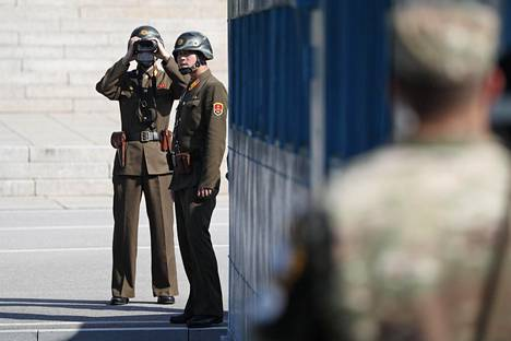 Pohjois-Korean sotilaat tarkkailivat Mattisin vierailua kiikareilla JSA-turvallisuusvyöhykkeellä. Vyöhyke on raja-alueen ainoa osa, jossa Koreoiden sotilaat kohtaavat silmästä silmään.