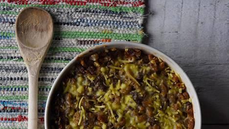 Vegaaninen makaronilaatikko tehdään kauramurusta ja kaurafraichesta.